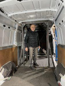 Jean Michel Bouyer dans l'ossature d'un camion