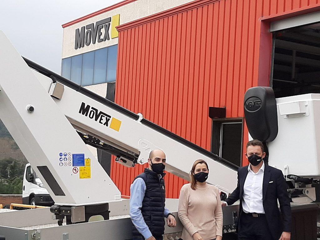 Dirigeants France Elevateur Movex devant nacelle Movex lors de l'acquisition